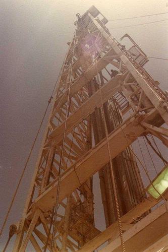 1981-5-26,22,looking up rig derrick,img083